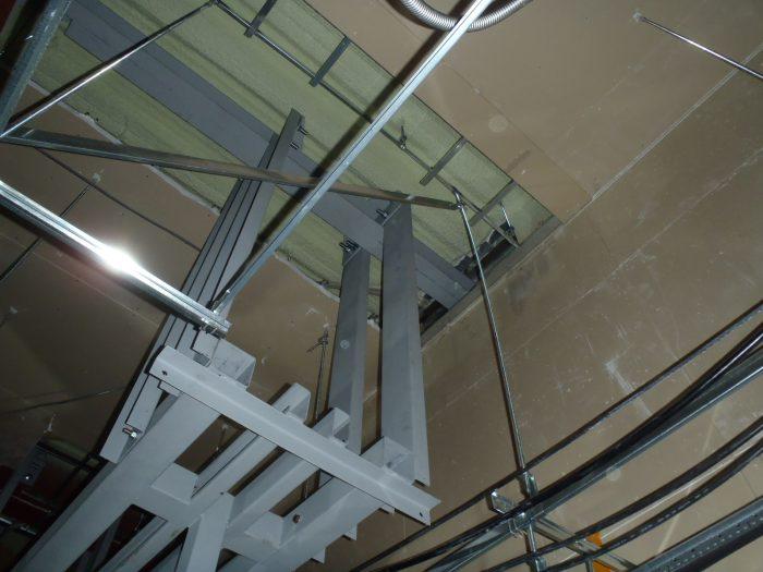 設備の吊り架台